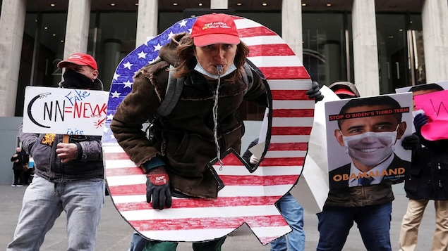 Des manifestants du mouvement QAnon à New York, le 2 novembre 2020.