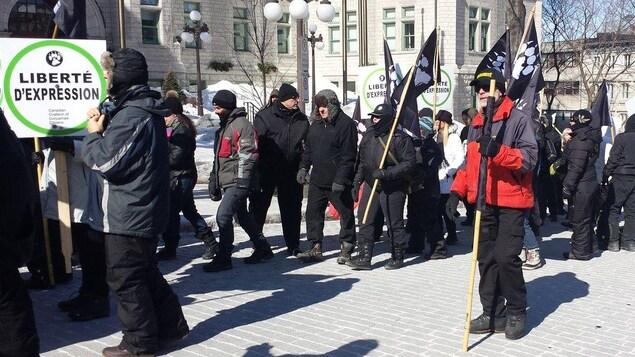 Des manifestants brandissent des pancartes pour la liberté d'expression.