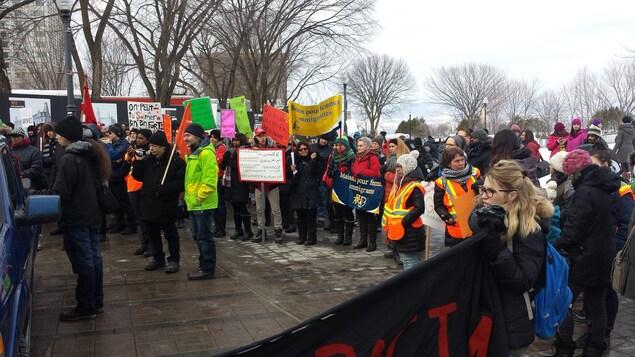 Quelques centaines de personnes ont participé à la manifestation contre le racisme devant l'Assemblée nationale à Québec.