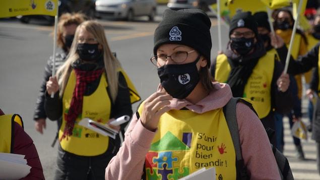 Des éducatrices manifestent à Amqui.