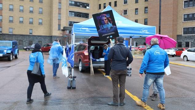 Des salariés en train de manifester devant l'Hôpital de Chicoutimi.