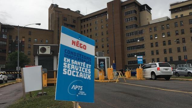 Une pancarte du syndicat APTS devant l'hôpital de Chicoutimi.