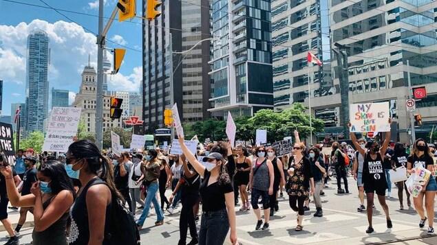 Des manifestants au centre-ville de Toronto.
