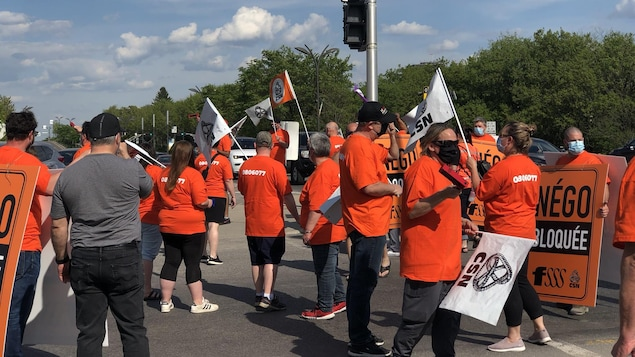 Des manifestants portant des drapeaux dans la rue.