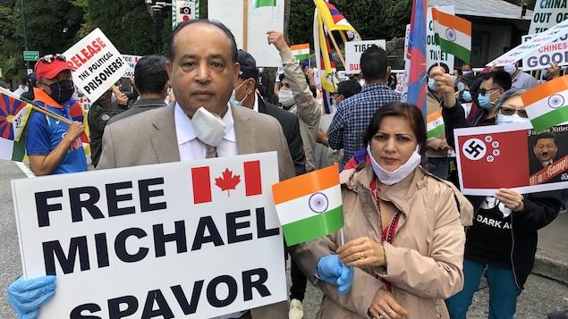 Maninder Gill, l'organisateur d'une manifestation, tient une affiche qui demande la libération de Michael Spavor, détenu en Chine depuis décembre 2018.