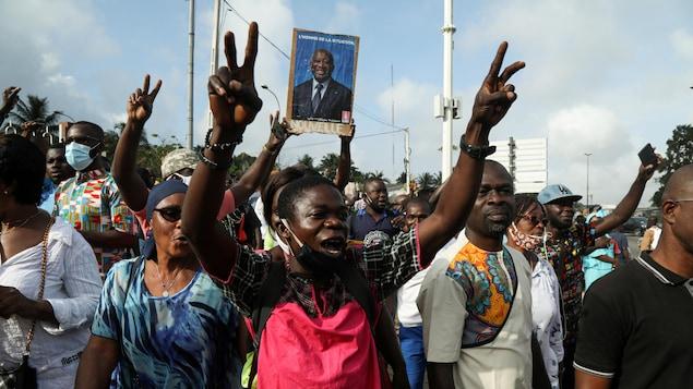 Des partisans de l'ancien président Laurent Gbagbo manifestent à Abidjan après le rejet de sa candidature.