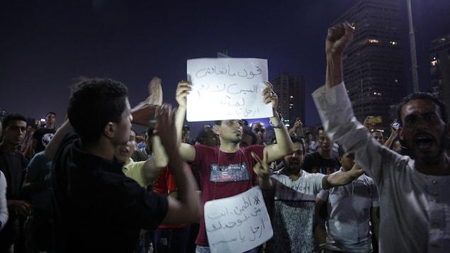 Des manifestants dans la nuit au Caire, en Égypte.