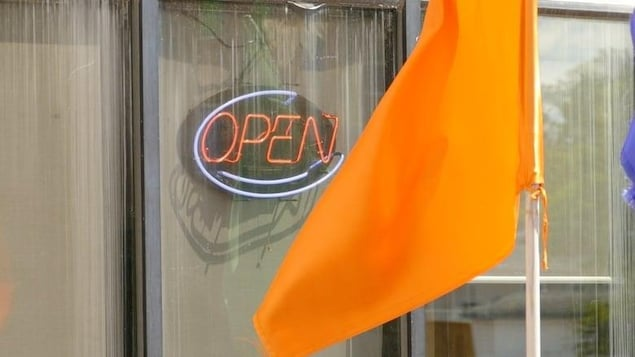 Un panneau lumineux qui indique qu'un restaurant est ouvert.