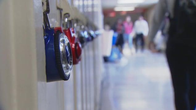 Des casiers dans une école.