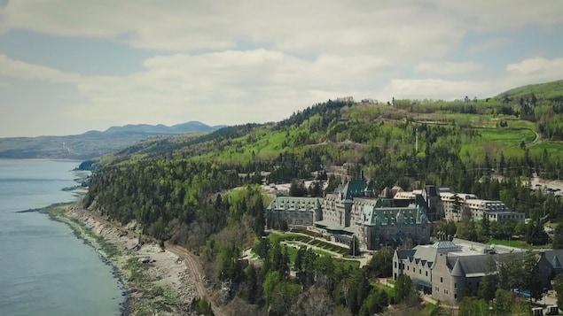 Une image aérienne du Manoir Richelieu et ses environs