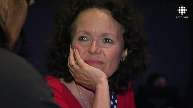 Gros plan sur le visage de Manon Barbeau qui écoute un collaborateur.