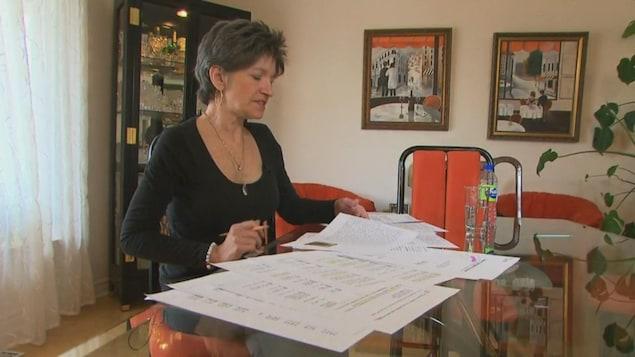 La tante d'Éloïse Dupuis, Manon Boyer, étudie le rapport du coroner Malouin.