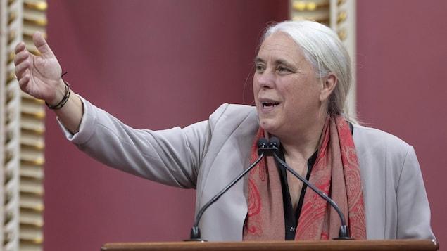 Manon Massé, levant le bras vers les députés de Québec solidaire.