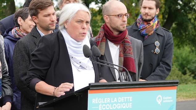 Manon massé est entouré de candidat en point de presse à Québec.