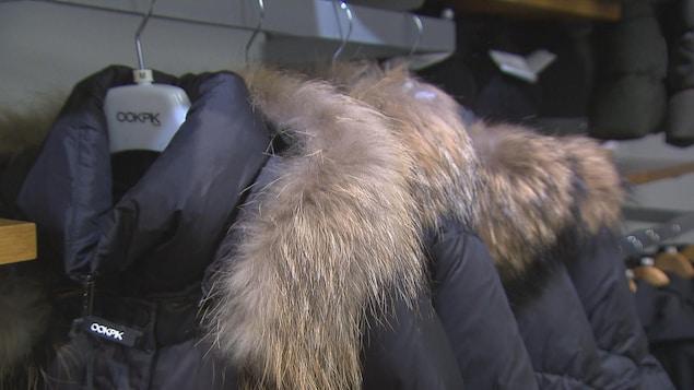 Des manteaux d'hiver sur un cintre,