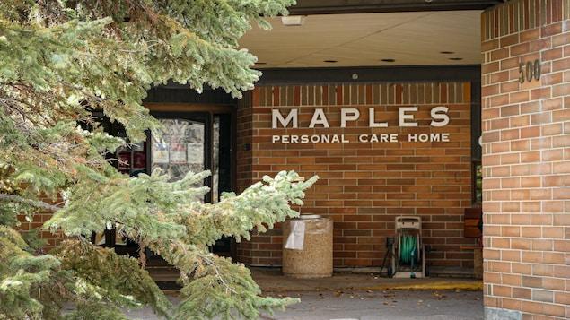 Extérieur du bâtiment avec l'enseigne annonçant Maples Personal Care Home.