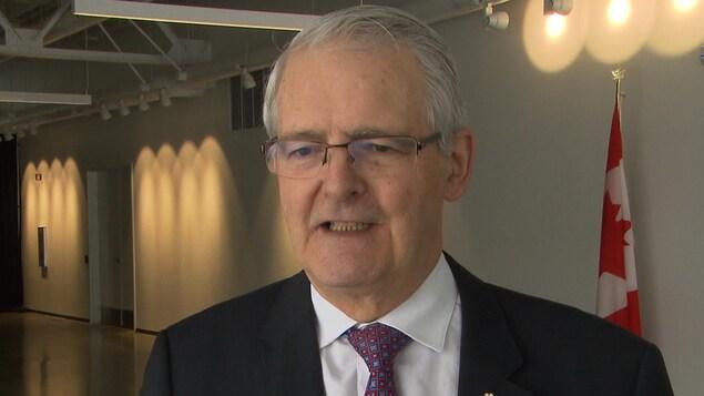 Le ministre des Transports du Canada, Marc Garneau parle aux journalistes.