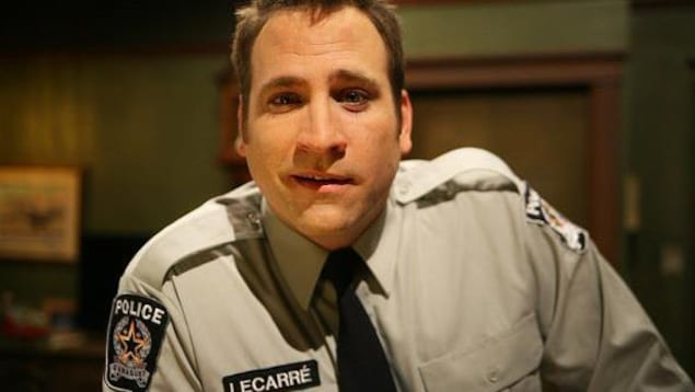 comédien vêtu d'un uniforme de police