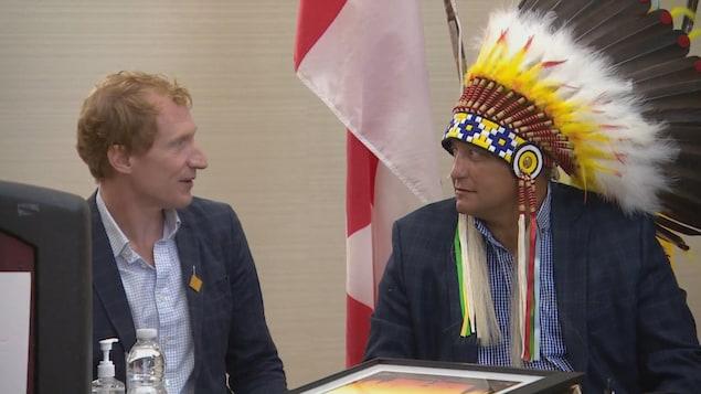 Marc Miller et le chef du Conseil tribal de Saskatoon, Mark Arcand.