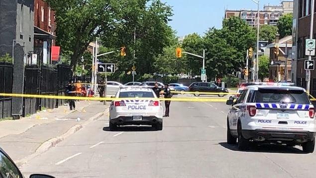 Des auto-patrouilles du Service de police d'Ottawa aux abords d'une scène de crime dans le marché By à Ottawa.