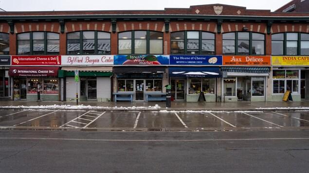La façade de commerces du marché By, sans aucun piéton.