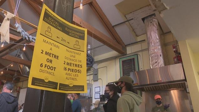 Une affiche portant sur la consigne de la distance physique.
