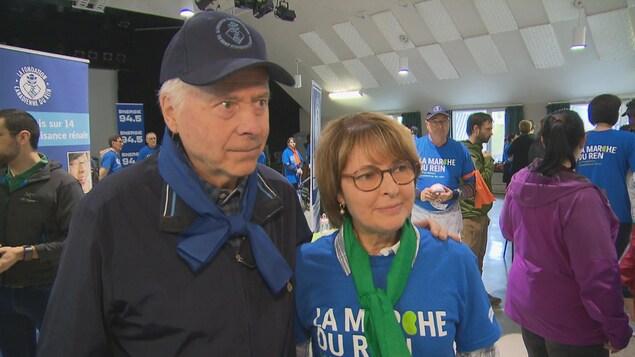 Un couple se prépare à s'adresser aux journalistes.