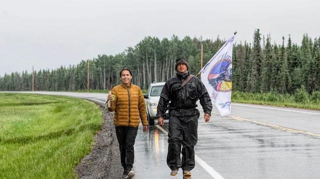 Tristen Durocher (à gauche) et Chris Merasty (à droite) marchent sur une route.