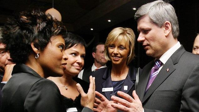 Marci Ien et l'ex-premier ministre Stephen Harper en compagnie de personnalités du milieu des médias, sur une photo remontant à 2008.