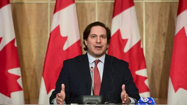 El ministro de Inmigración de Canadá, Marco Mendicino habla durante una conferencia de prensa en Ottawa.