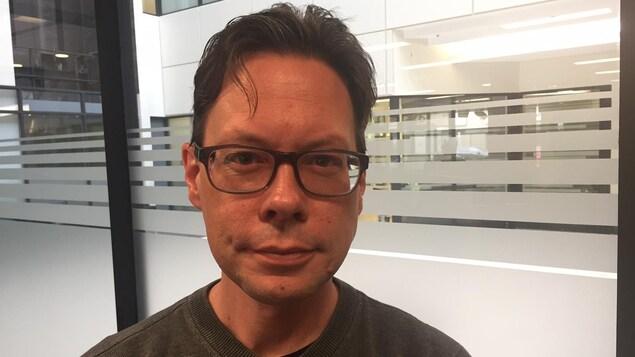 L'employé de la STC Marcus Grundahl trouve inquiétant qu'un ministre ait répondu à ses questions en utilisant une adresse de courriel privée.