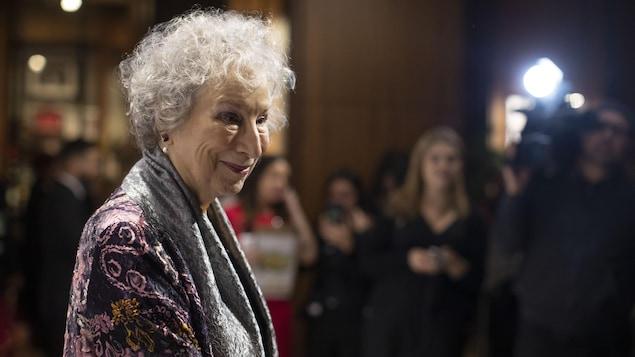 Margaret Atwood arrive sur le tapis rouge au gala du prix Giller à Toronto.