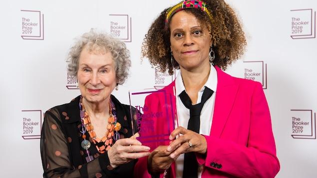 Les deux écrivaines tiennent leur prix ensemble.