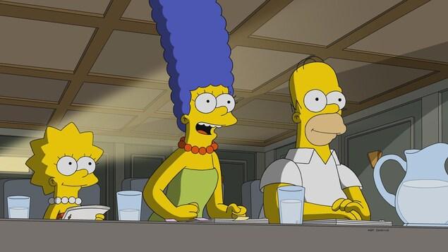 Marge Simpson a les poings sur la table.