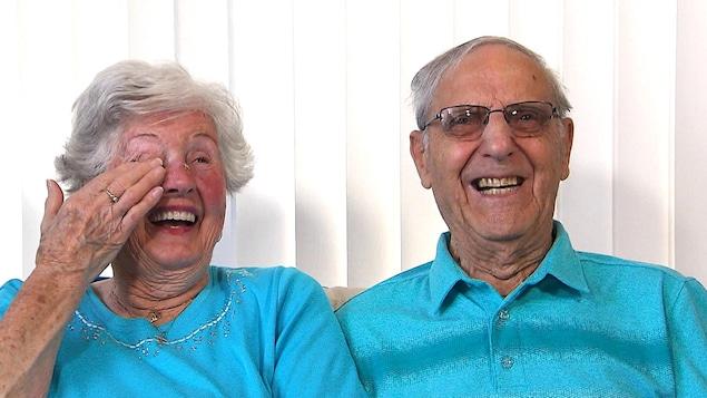 Un couple d'aînés qui rit aux éclats.
