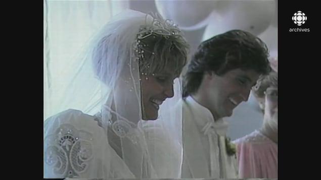 Les nouveaux mariés René Simard et Marie-Josée Taillefer souriant, chacun la tête baissée.