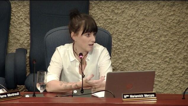 Mariannick Mercure assise à son siège de conseillère devant son ordinateur, qui parle au micro.