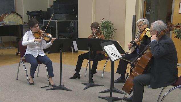 Marie Bégin joue du violon avec les trois autres membres du Quatuor.