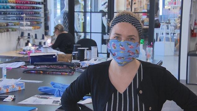 La copropriétaire Marie-Claude Trempe avec un masque dans son atelier.