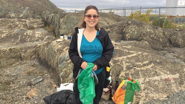 Marie-Ève LaPlante ramasse des déchets.