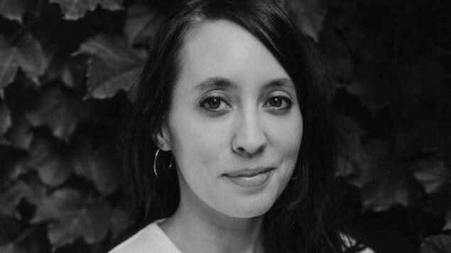 Portrait en noir et blanc de la jeune femme qui sourit.