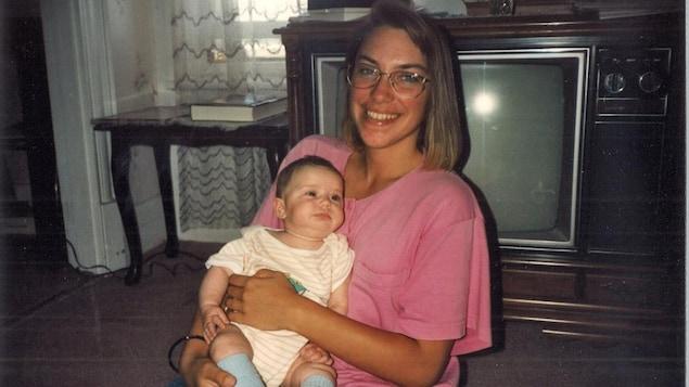 Marie-France Barry tient un bébé dans ses bras.