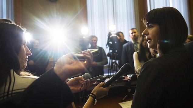 La ministre Marie-France Lalonde répond aux questions des journalistes après son assermentation