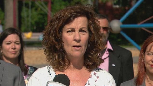 Marie-France Trudel au micro lors de l'annonce de sa candidature pour le parti Québec Forte et Fière devant des collègues