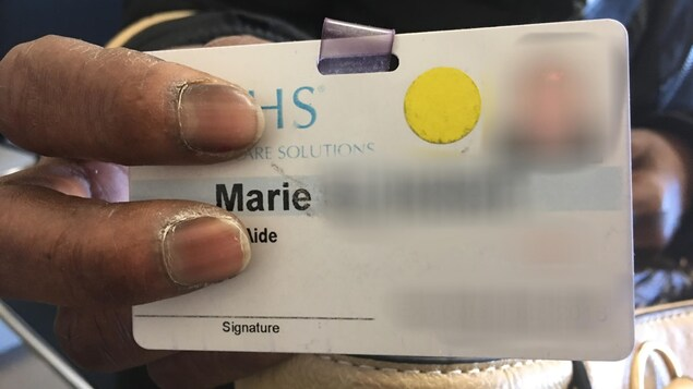 On voit, en gros plan, une carte d'identité. On peut lire «Marie». Le reste est brouillé pour préserver son anonymat.