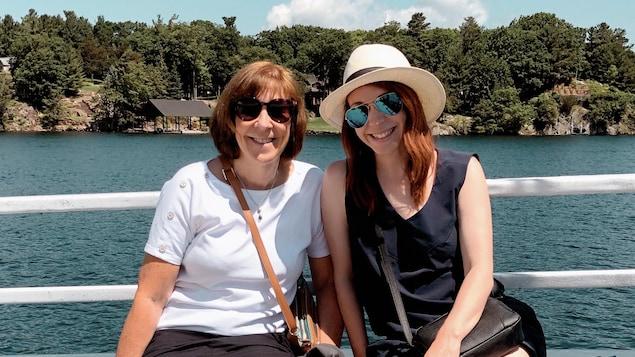 Deux femmes assises dans un bateau sur un lac.