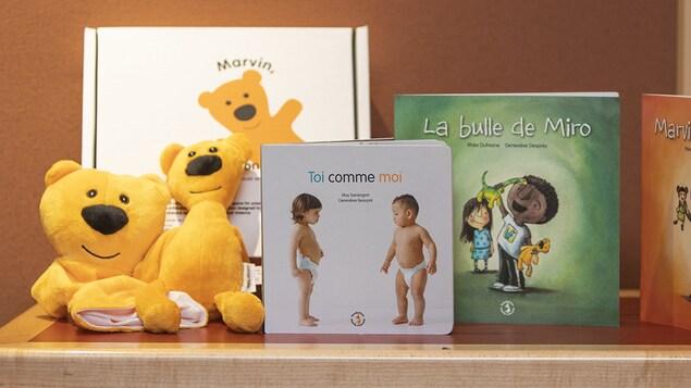 Assortiment de toutous, de jeux et de livres pour tout-petits.