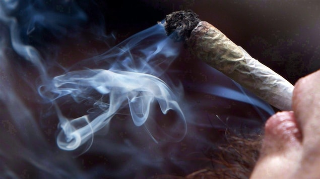 Une personne fumant de la marijuana.