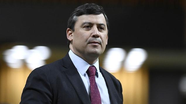 Un homme avec un complet et une cravate.