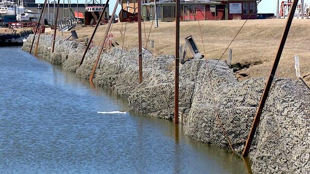 Des murs qui ont besoin de réparation à la marina de Matane